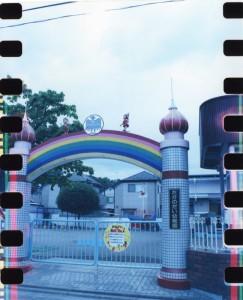 こちらの幼稚園では、無理にフィルムを蛇行させた為に光線被りが、でております。